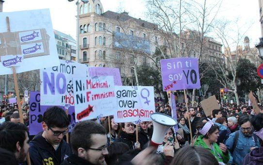 Les dones joves es mobilitzen en un 8 de març històric